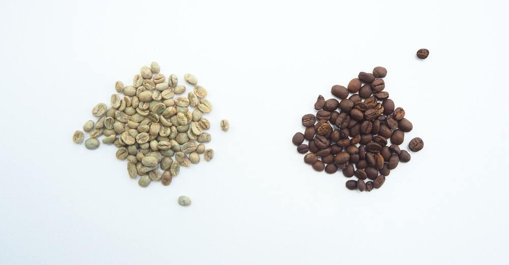 Café vert à gauche, café torréfié à droite