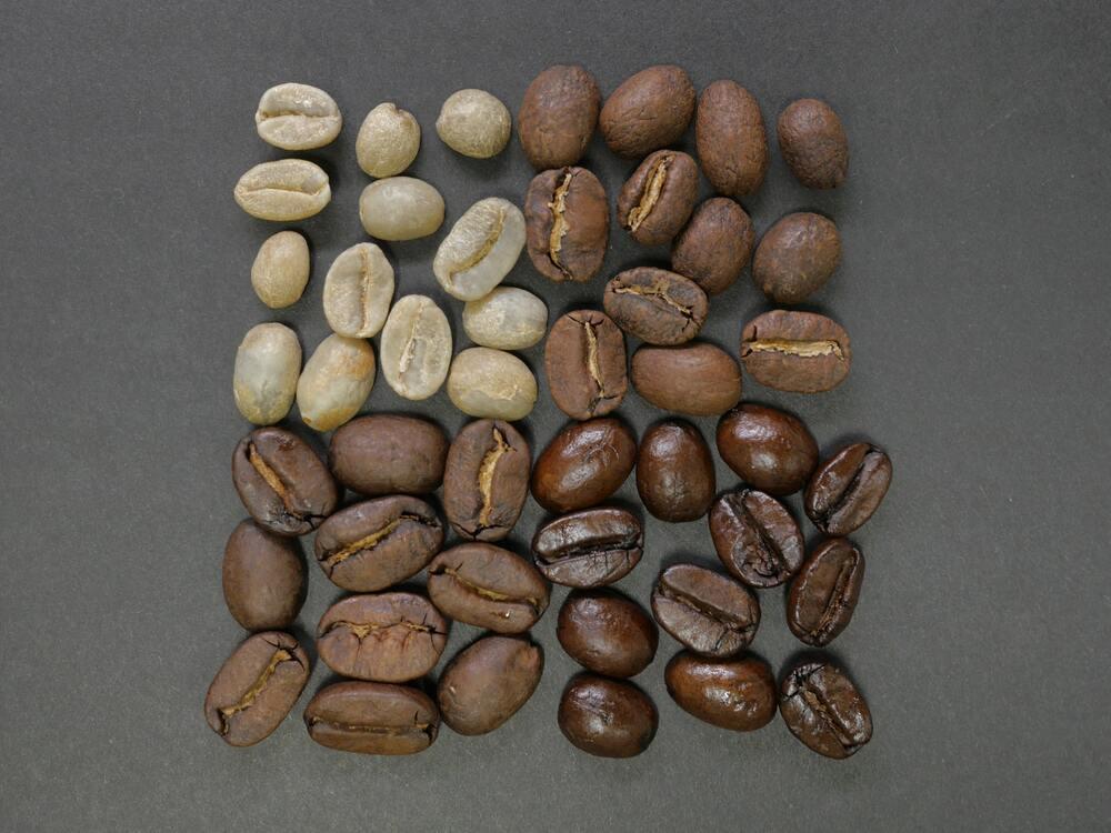 Grains de café à différents stades de torréfaction